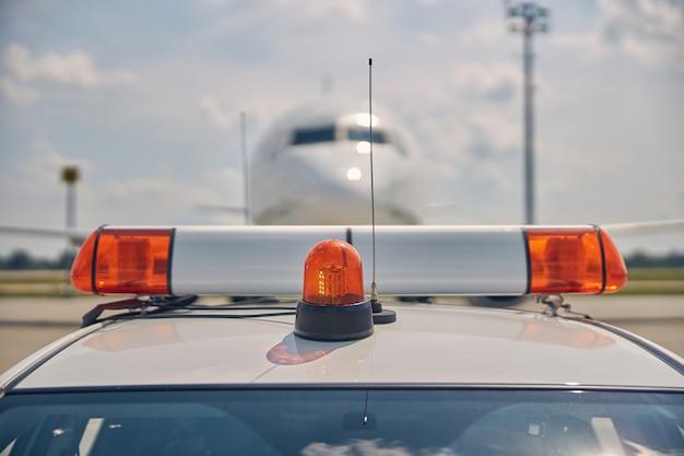 Nahaufnahme eines bodenfahrzeugs mit blitzlicht auf dem dach, das zur führung des gelandeten flugzeugs verwendet wird