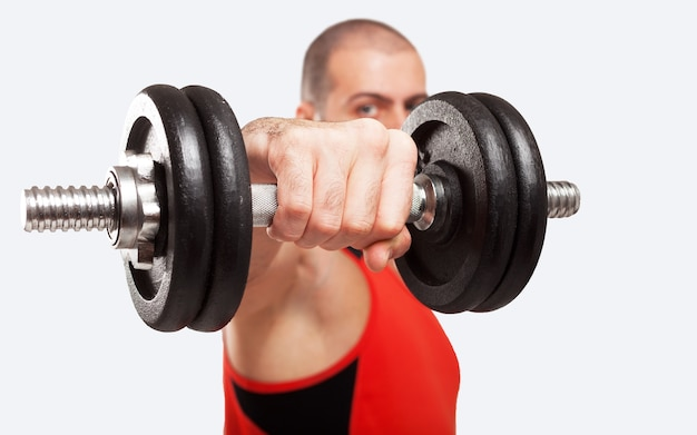 Nahaufnahme eines bodybuilders, der einen dummkopf verwendet, um auszuarbeiten