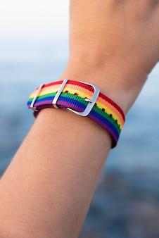 Nahaufnahme eines bunten armbands am arm einer person
