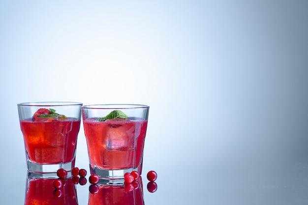 Nahaufnahme eines cape cod cocktail oder wodka cranberry auf einem blau