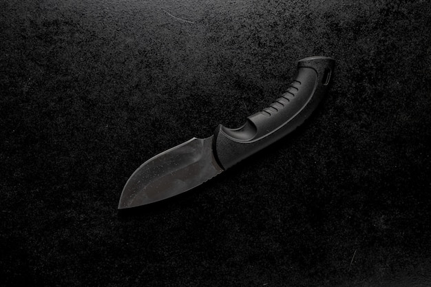 Nahaufnahme eines edc-taschenmessers mit einem schwarzen halter
