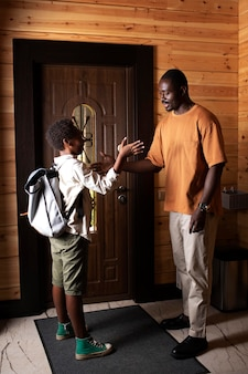 Nahaufnahme eines elternteils, der sein kind auf die schule vorbereitet