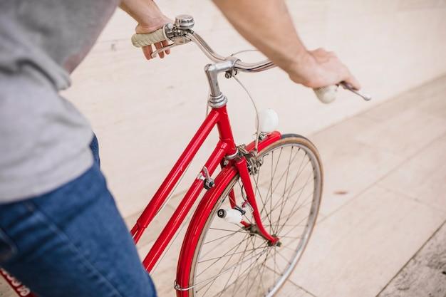 Nahaufnahme eines fahrrades der person reiten