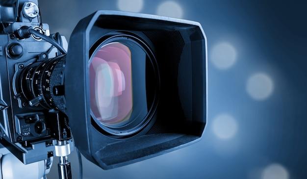 Nahaufnahme eines fernsehkameraobjektivs auf unscharfem hintergrund, bokeh