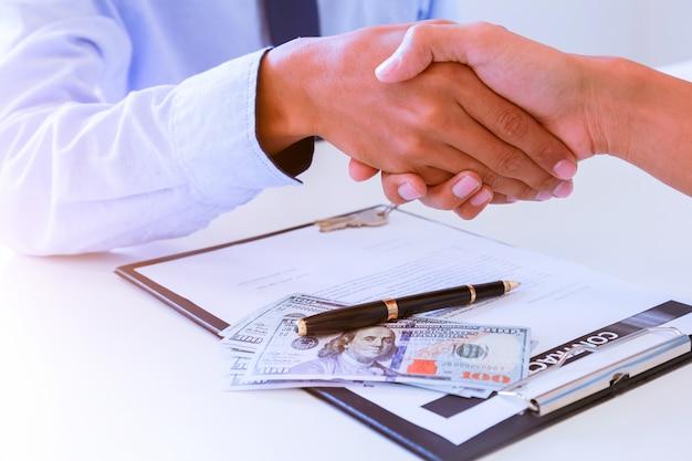 Nahaufnahme eines festen händedrucks zwischen zwei kollegen, nachdem ein vertrag unterzeichnet wurde