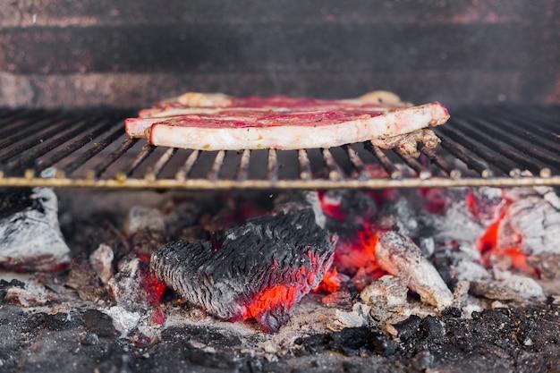 Nahaufnahme eines fleisches auf grillgrill