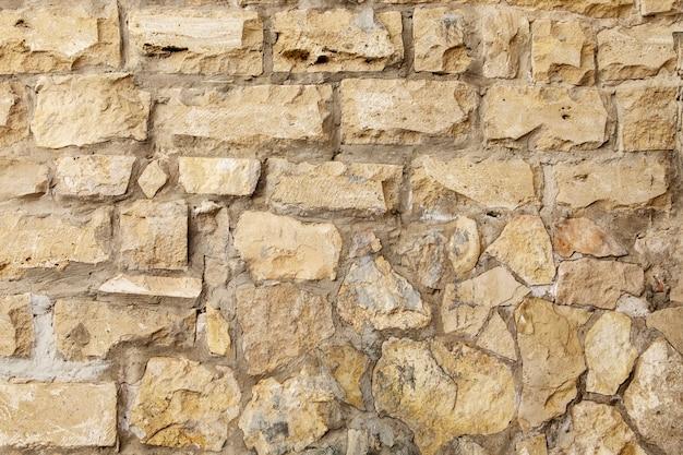 Nahaufnahme eines fragments einer alten natürlichen weißen kalksteinwand.
