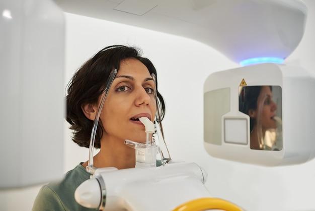 Nahaufnahme eines frauenkopfes, der zahnärztlichen ct-scan nimmt