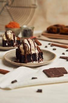 Nahaufnahme eines frisch gebackenen köstlichen kürbis-schokoladen-brownies mit eis auf einem teller