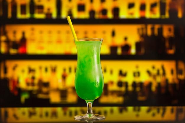 Nahaufnahme eines frischen grünen cocktails im eleganten glas