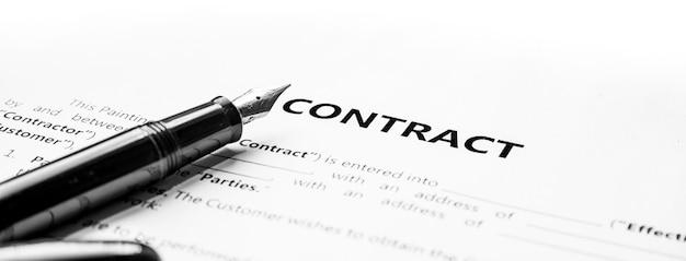 Nahaufnahme eines füllfederhalters auf dokumentvertrag. gesetzliche vertragsunterzeichnung, kauf, verkauf, immobilienvertragsunterzeichnung auf dokumentenpapier mit schwarzem stift