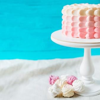 Nahaufnahme eines geburtstagskuchens auf cakestand