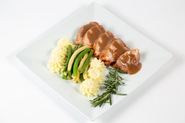 Nahaufnahme eines gerichts mit kartoffelpüree und fleisch mit soße