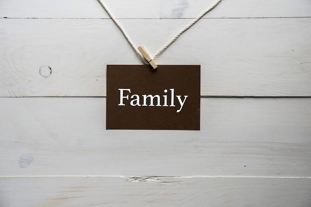 Nahaufnahme eines gesangs, der an einer schnur mit der darauf geschriebenen familie befestigt ist