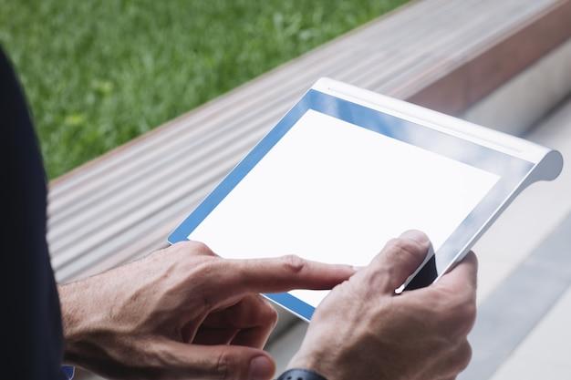 Nahaufnahme eines geschäftsmannes unter verwendung des digitalen tablets