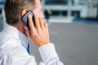 Nahaufnahme eines Geschäftsmannes, der auf Mobiltelefon spricht