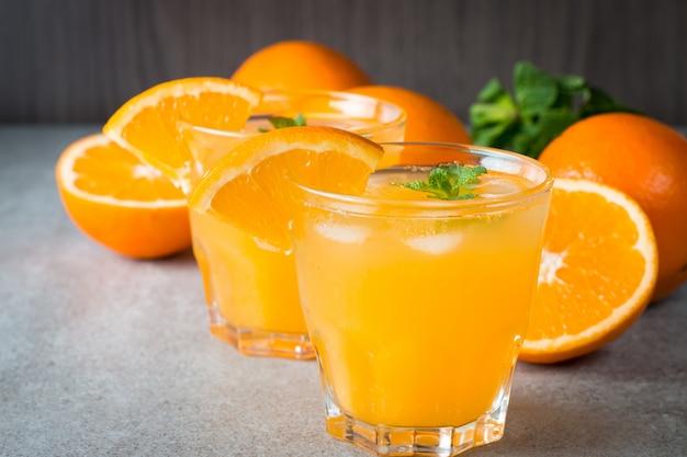 Nahaufnahme eines glases orangensaftes mit orangenfrüchten