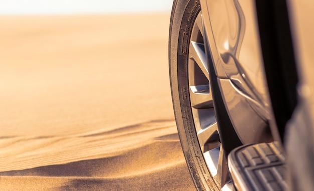 Nahaufnahme eines goldenen autos im sand in der namib-wüste stecken. afrika