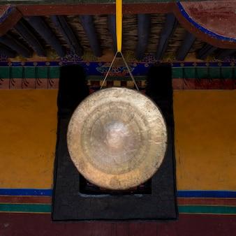 Nahaufnahme eines gongs in jokhang-tempel, lhasa, tibet, china