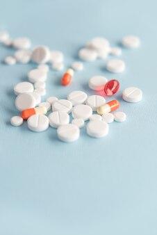 Nahaufnahme eines haufens der weißen tabletten