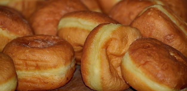 Nahaufnahme eines haufens rosquillas, typisch spanische donuts
