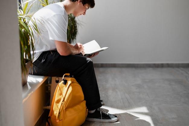 Nahaufnahme eines jungen, der in der schule liest?