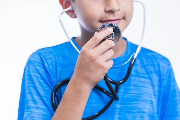 Nahaufnahme eines jungen, der stethoskop hält