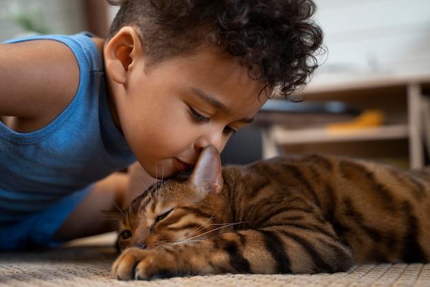 Nahaufnahme eines jungen, der süße katze küsst