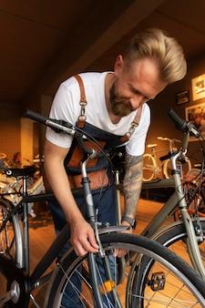 Nahaufnahme eines jungen mannes, der an einem fahrrad arbeitet