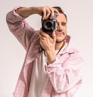 Nahaufnahme eines jungen mannes, der ein foto mit einer kamera macht