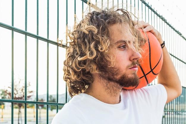 Nahaufnahme eines jungen mannes mit basketball