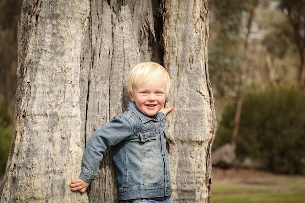 Nahaufnahme eines kaukasischen blonden jungen, der in einem park spielt