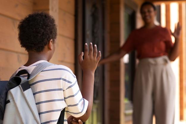 Nahaufnahme eines kindes, das zur schule geht