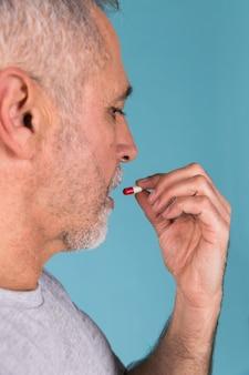 Nahaufnahme eines kranken mannes, der kapsel einnimmt
