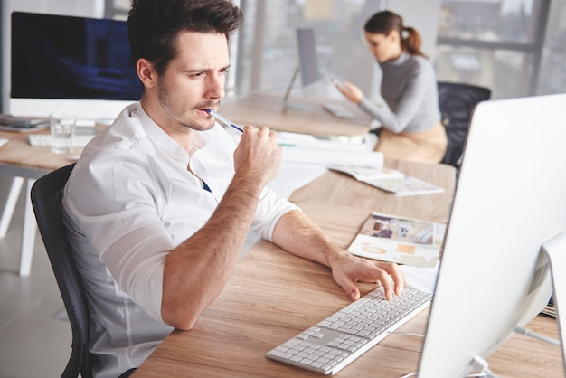 Nahaufnahme eines kreativen mannes, der am computer arbeitet