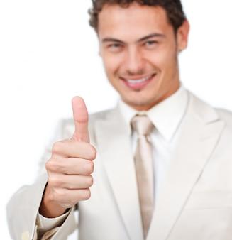 Nahaufnahme eines lächelnden geschäftsmannes mit dem daumen oben