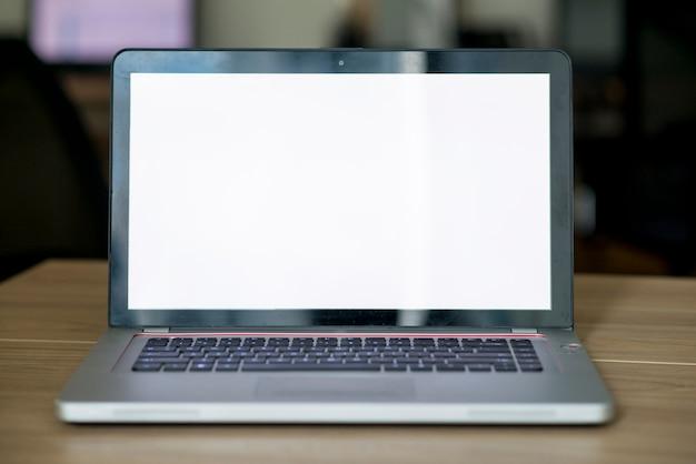 Nahaufnahme eines laptops mit leerem weißem bildschirm
