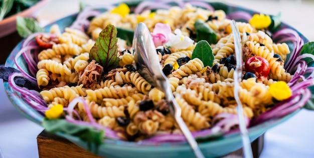 Nahaufnahme eines leckeren und farbenfrohen rezepts voller italienischer fusilli-nudeln mit gemüse und thunfisch?