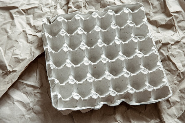 Nahaufnahme eines leeren eiertabletts aus zerknittertem papier. das konzept des recyclings, der wiederverwendung.