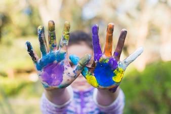 Nahaufnahme eines Mädchens, das gemalte Hände zeigt