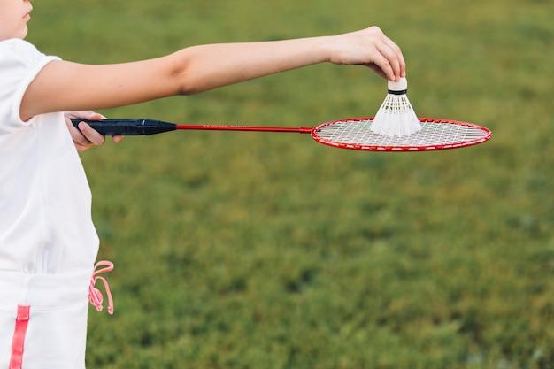 Nahaufnahme eines mädchens, das badminton spielt