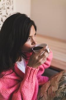 Nahaufnahme eines mädchens, kaffee zu trinken