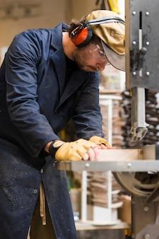 Nahaufnahme eines männlichen tischlers, der mit holz arbeitet