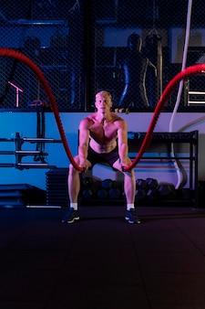 Nahaufnahme eines mannes beim crossfit-training