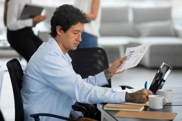 Nahaufnahme eines mannes, der am schreibtisch arbeitet