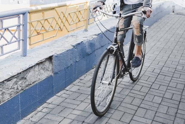 Nahaufnahme eines mannes, der fahrrad auf straße fährt