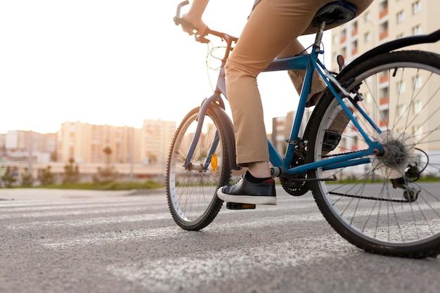 Nahaufnahme eines mannes, der fahrrad fährt?
