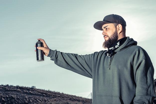 Nahaufnahme eines mannes, der spraydose hält