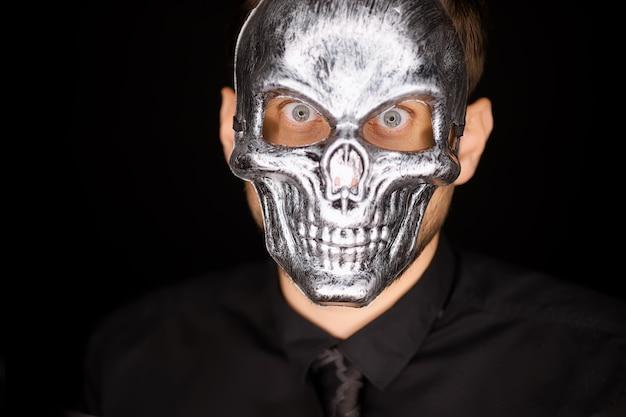 Nahaufnahme eines mannes mit einer skelettmaske