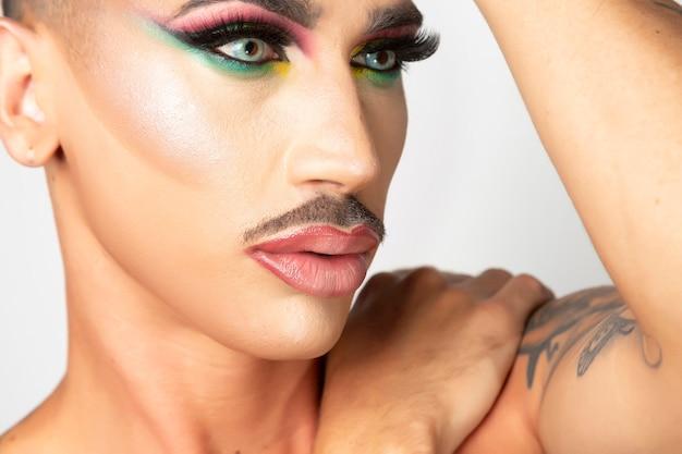 Nahaufnahme eines mannes mit schnurrbart und glamourösem make-up